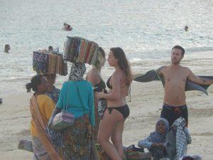 Asongan di pantai Kuta Lombok