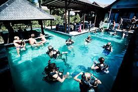 Kursus diving di kolam
