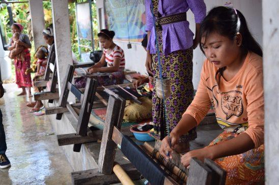 Gadis penenun Lombok